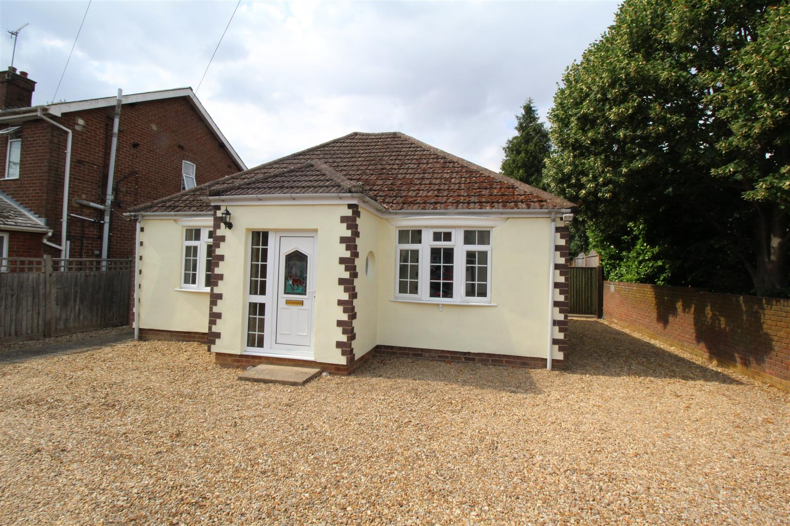 This excellent 4 bedroom detached bungalow comprises: Entrance hall, lounge, kitchen / breakfast room with white goods, utility room, conservatory, master bedroom with an en-suite shower room, the 3 further bedrooms and a family bathroom. There is ample